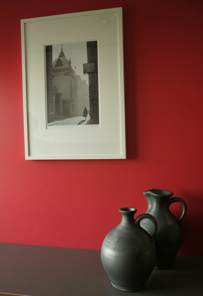 folk ceramics – grey pottery – composition with use of two pots, the wall in contrasting colors in the background