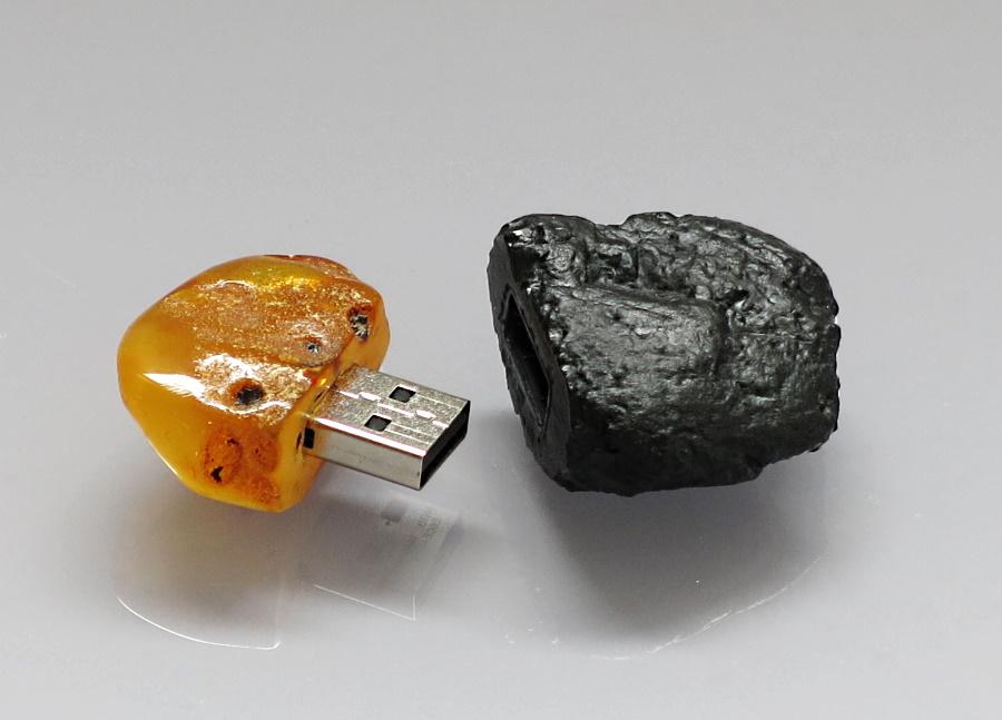 USB stick - anatural Baltic amber and ahard coal